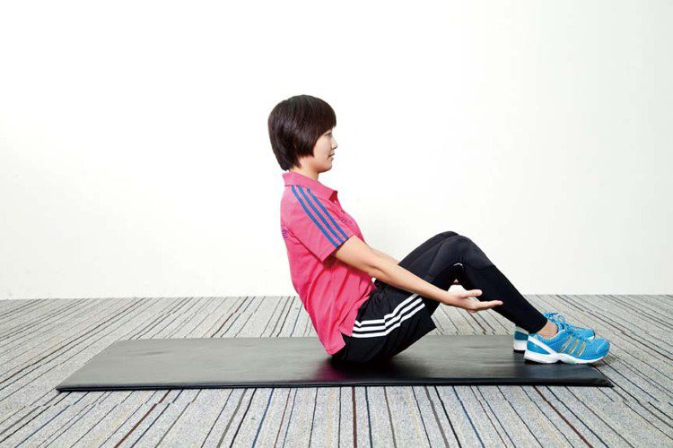 STEP1:坐在地板上,雙腳屈膝踏在地板上。圖/TVBS周刊