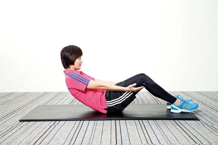 STEP2:將身體軀幹彎成C字形,肚子用力身體慢慢往後下躺。圖/TVBS周刊