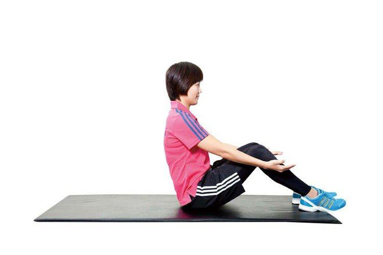 STEP3:利用腹部的力量,讓身體直到無法再往下躺的高度,再慢慢恢復到步驟2,重...