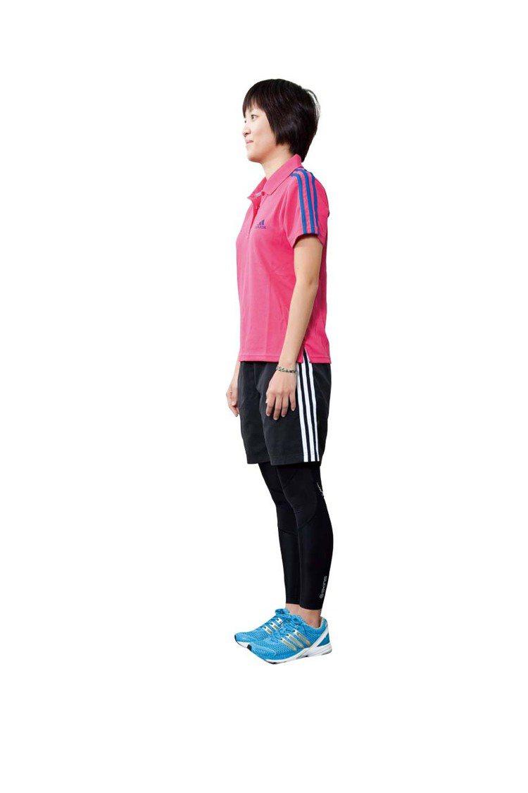 STEP1:站直身體,雙手自然放在兩側,背打直。圖/TVBS周刊