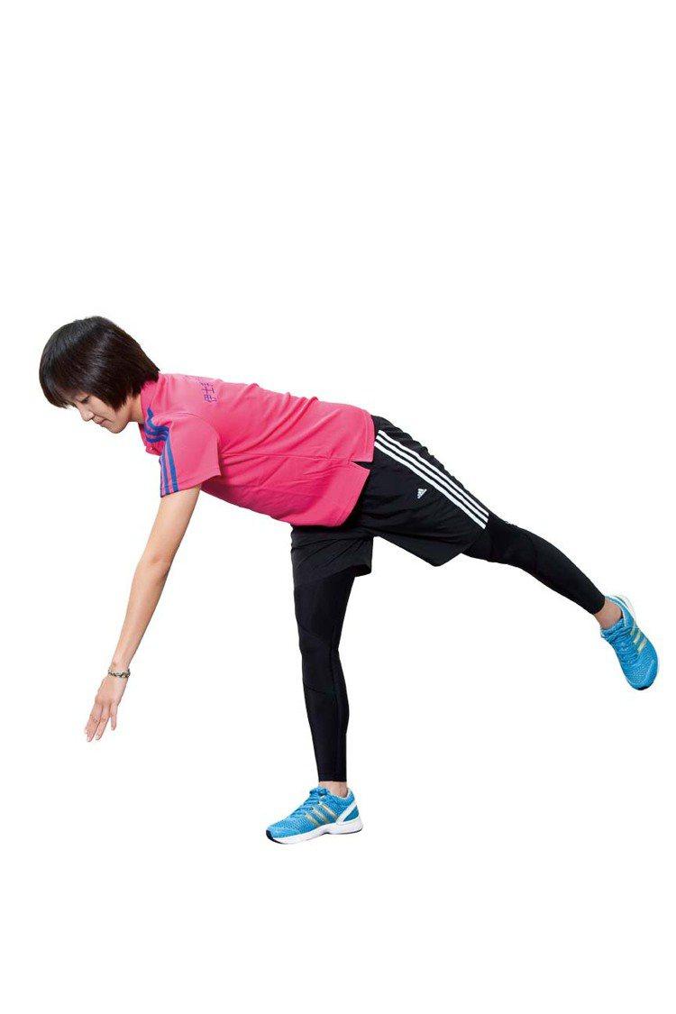 STEP3:上半身慢慢往前呈鞠躬貌約45∼90度。圖/TVBS周刊