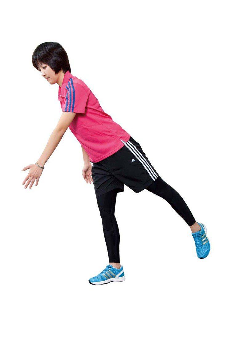 STEP4:再慢慢抬起身,腳要保持騰空姿勢。動作重複進行12∼15次,再換邊。圖...