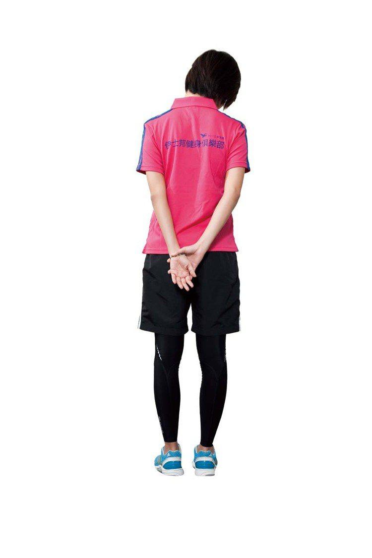STEP4:然後頭再微微往前傾15度可看到腳,可伸展到右邊肩頸,放鬆緊繃的肌肉,...