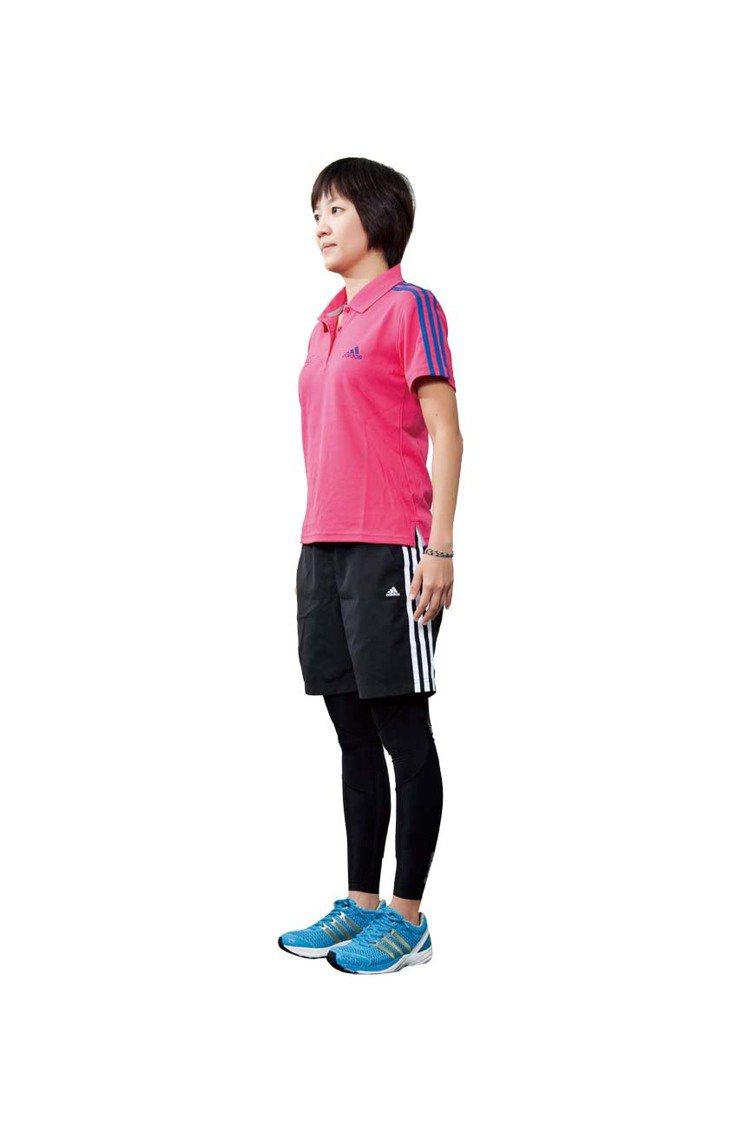 STEP1:一般輕鬆的站姿,或坐在沒有後靠背的椅子上。圖/TVBS周刊