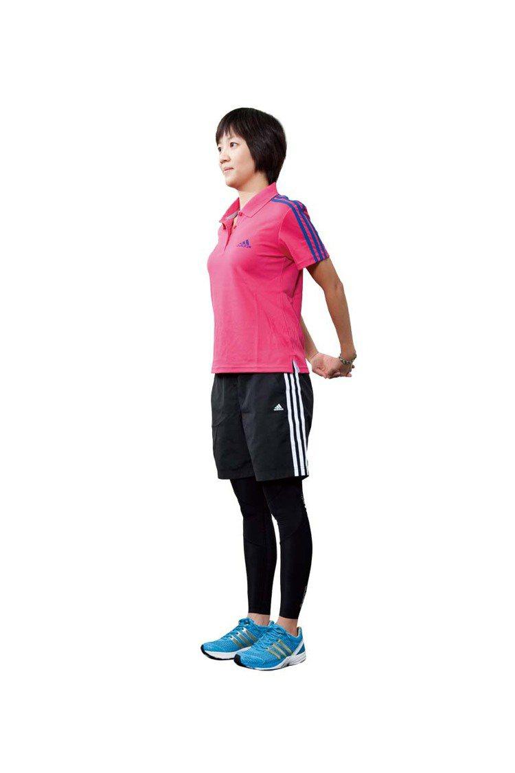 STEP2:雙手往後交扣, 不可聳肩。圖/TVBS周刊