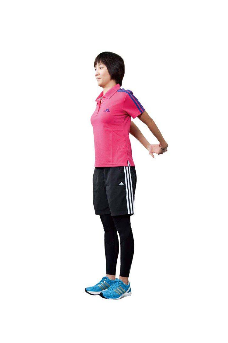STEP3:將交扣的雙手慢慢抬高至最高的位置, 停留10∼15秒。圖/TVBS周...