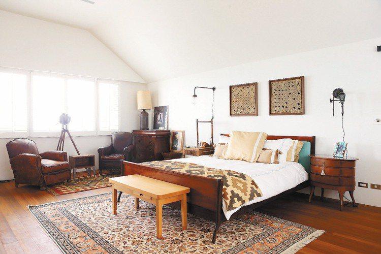 臥房擺設簡潔大器,但色彩繽紛豐富。記者陳立凱/攝影