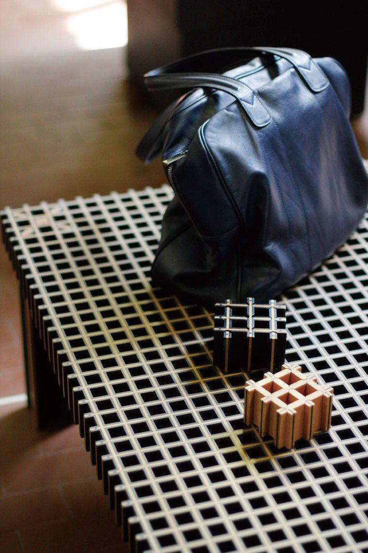 Kyoto黑檀木+櫸木雙色榫接方桌,售價78萬元。圖/寬庭提供