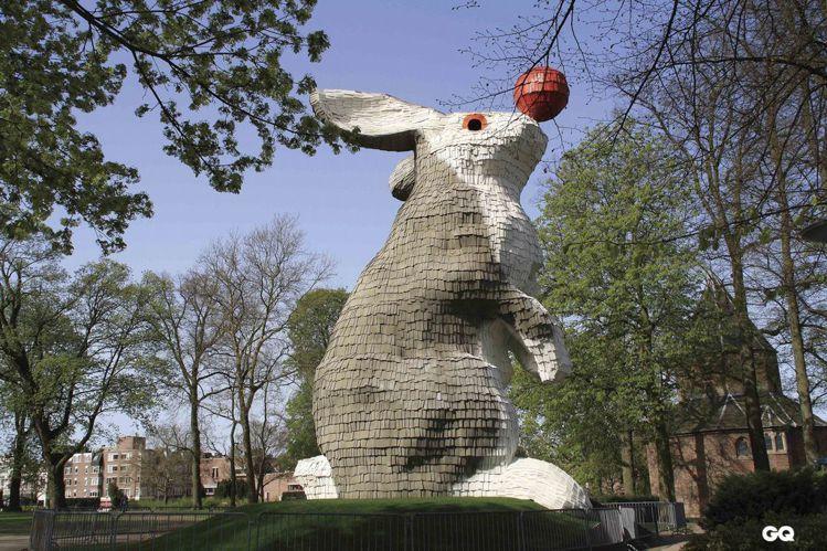 這隻以廢棄木材打造的巨大兔子為黃色小鴨創作者霍夫曼的成名作。圖/GQ提供