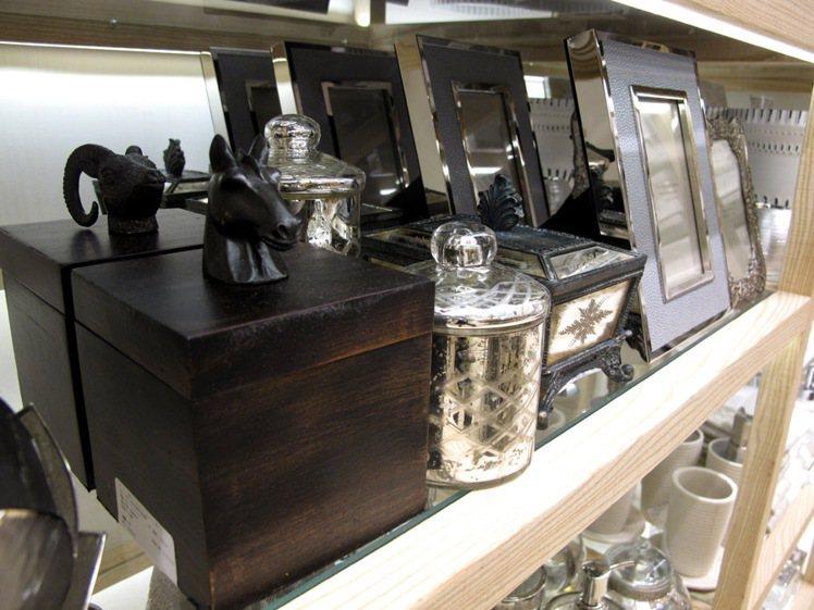 店內也有許多造型豐富的飾品收納盒。記者吳曉涵/攝影