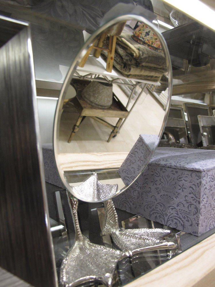 造型逗趣的桌鏡。記者吳曉涵/攝影