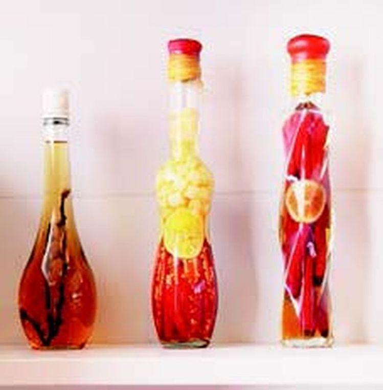 放在透明玻璃罐裡的亮眼香料擺在湛白層板上格外搶眼,喜愛熱鬧的阿嬌姐連擺設也不忘選...