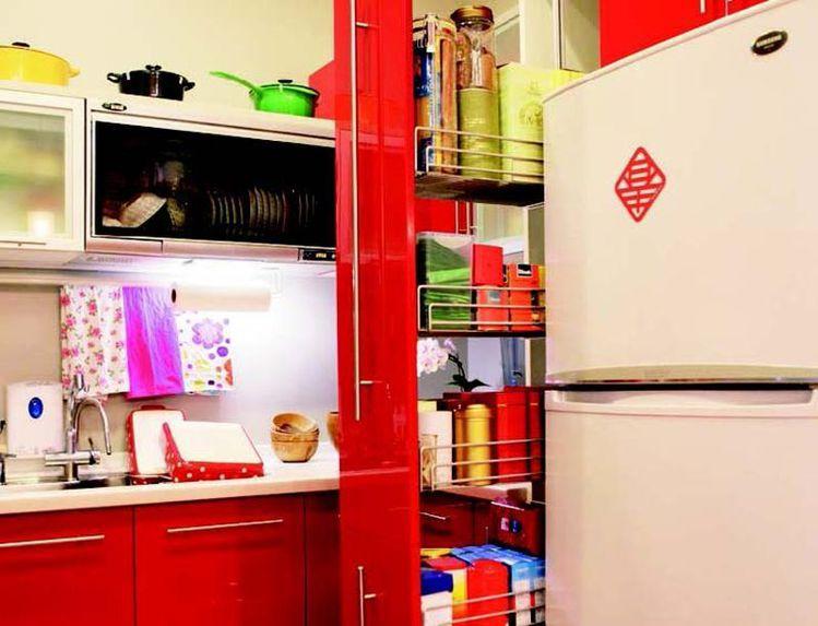 如同阿嬌姐給人親切爽朗的感受,由她指定設置的大紅廚具搭配白色檯面,不僅在視覺上極...