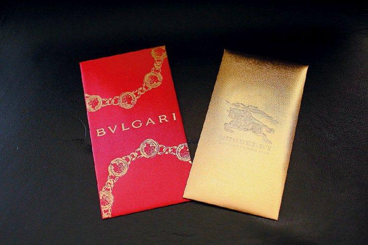 BVLGARI圓形古幣(左)、BURBERRY華麗金色(右)。圖/葉卉軒攝影