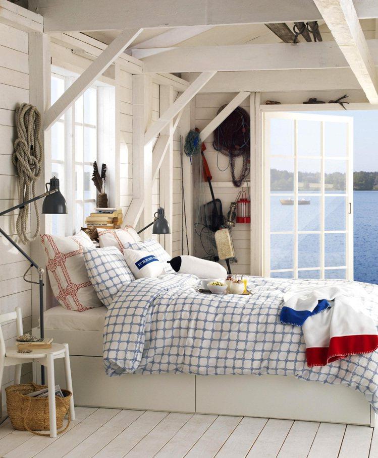 將夏日海洋風景引進家門,最快速的方法,就是利用織品改變空間顏色。圖/IKEA提供