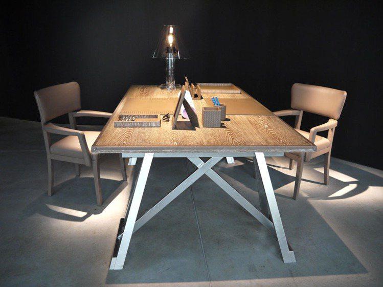 皮與木兩款材質,仍是今年家具主流。圖/紐約家具提供