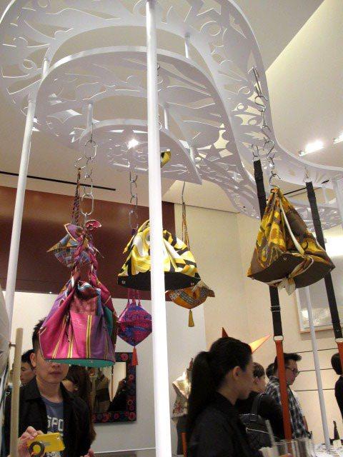 愛馬仕 Petit h絲巾拼接皮革底包,可依使用者喜好去創造包款的型狀和背法。記...