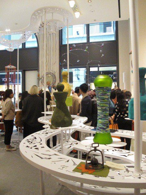台灣新銳藝術家吳耿禎也特別為此展覽設計展場,用他擅長的剪紙藝術,將台灣的河流與綠...