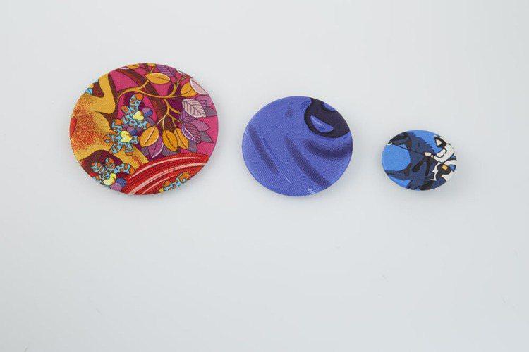 絲巾徽章,(左)4,400、(中)3,600、(右)2,700元。圖/愛馬仕提供