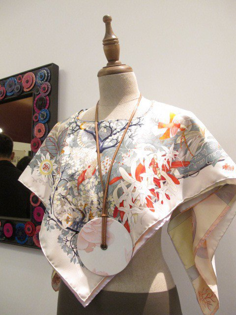 愛馬仕 Petit h餐瓷配飾與絲巾小斗篷。記者吳曉涵/攝影