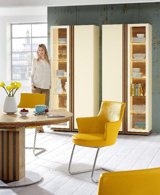 Venjakob的桌子,木材取自奧地利古屋,搭配簡潔的椅子,ㄈ型椅腳、圓形坐墊,...