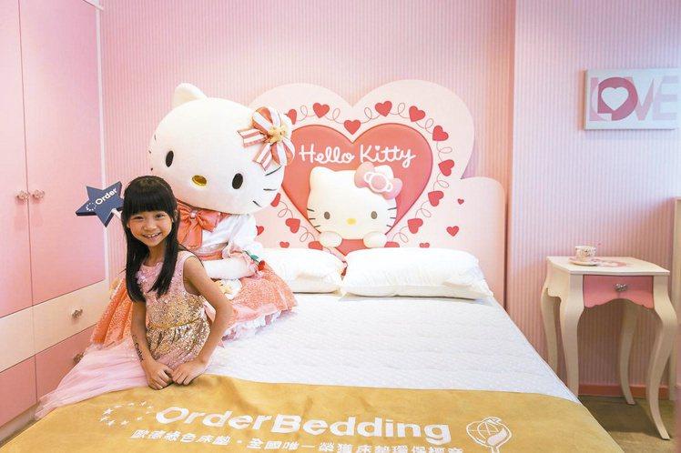 童星喬喬和Hello Kitty家具,掀起今夏紅粉風潮。圖/歐德集團提供