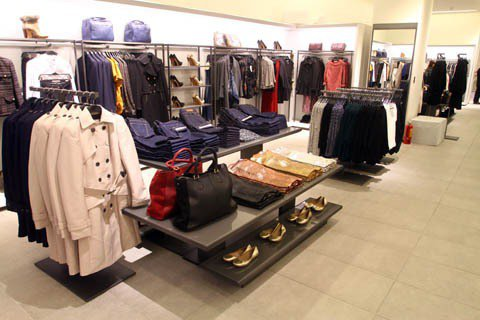消費者可依照自己穿著風格需求,前往各區,較容易找到適合自己的服飾。記者高彬原/攝...