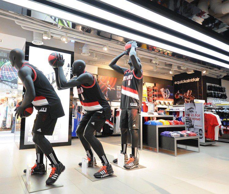 忠孝旗艦店Sports Performance專業運動系列商品區,提供跑步、籃球...