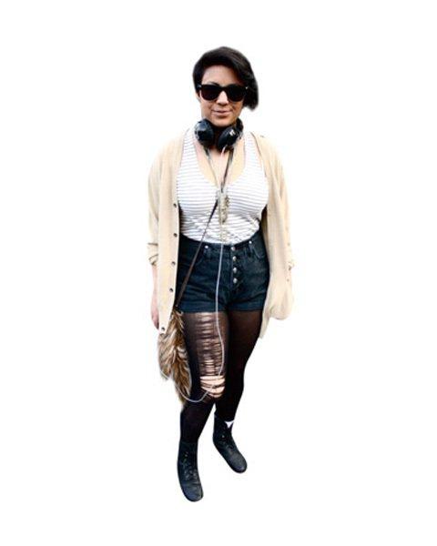 漂亮街景×美麗人兒:高腰反摺短褲現身!毛毛小包包是搭配好物,可以隨意吊在包包或褲...