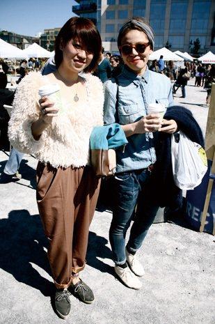 漂亮街景 × 美麗人兒:兩位可愛的日本美眉,一開始注意到的是左邊蓬鬆的白毛,手上...