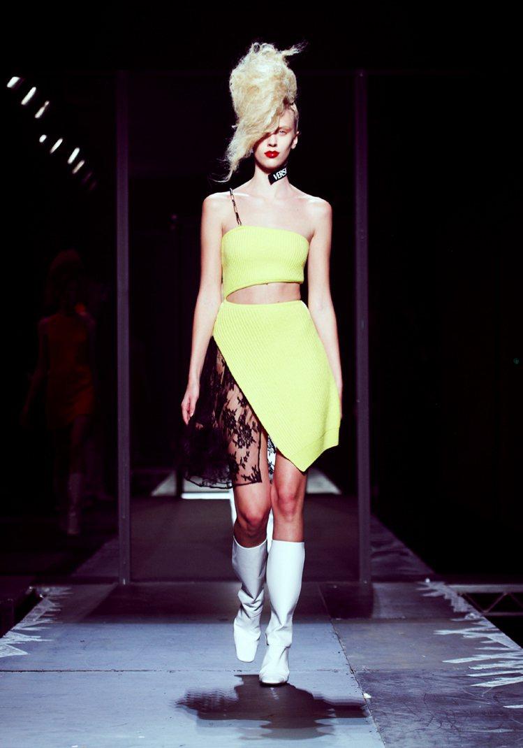 Versus邀請前衛設計師參與設計,迎合千禧世代的時尚品味。圖/Versus提供