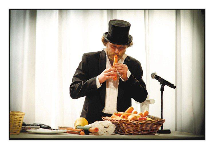 音樂家歐斯萊以紅蘿蔔演奏組曲。圖/HERMES提供