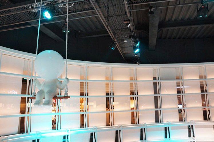 天空劇場陳列藝術家林建榮的作品「燈泡人」。圖/新光三越提供