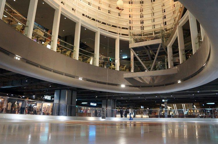 店內中庭是個大型冰宮。圖/新光三越提供