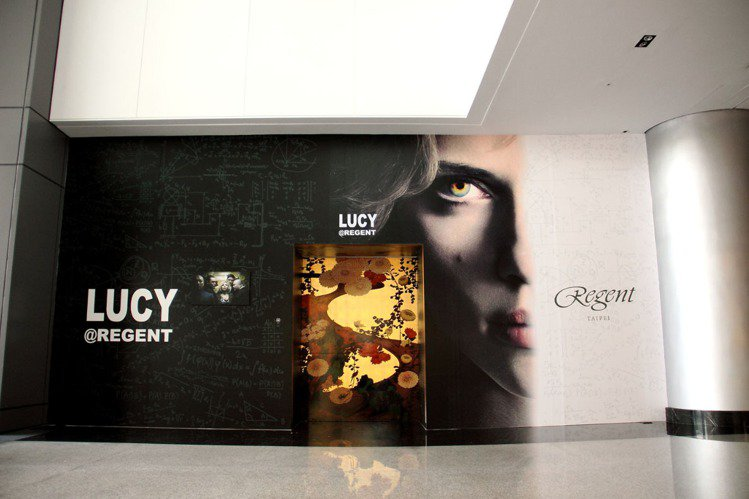 電影「露西」在晶華酒店拍攝,特還原拍攝現場,於大廳搭建出電梯場景。圖/晶華酒店提...