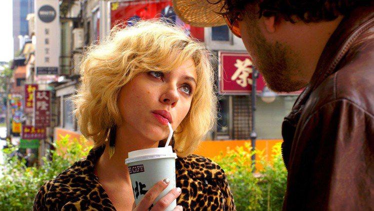 電影「露西」票房亮眼,入鏡時間長達50分鐘的台北景貌行銷全球,電影一開始就露臉的...