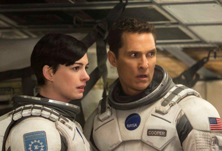 馬修麥康納(右)和安海瑟薇在《星際效應》裡飾演穿越星際、尋找人類生存希望的太空人...