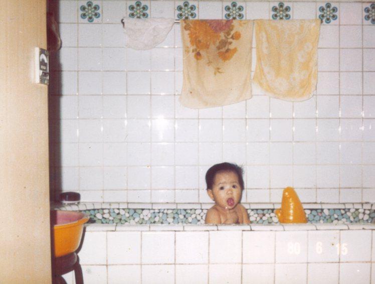 從小就愛泡澡的貝莉。圖/時報出版