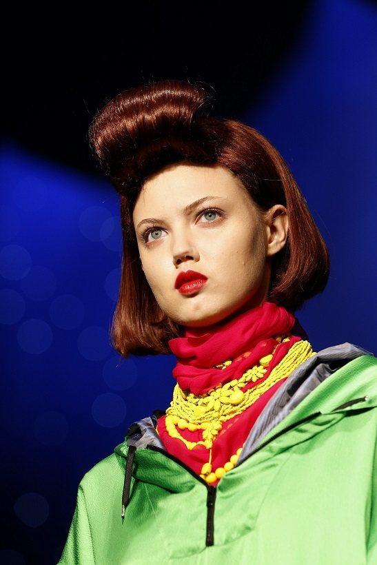 「高堤耶小姐選美」以高聳阿飛頭向Suzy Menkes致敬。圖/歐新社