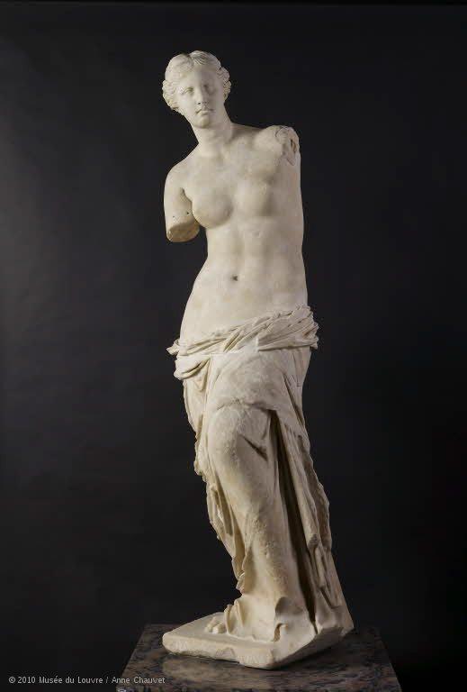 被譽為「美的化身」的維納斯女神像,其實斷臂並不完美。圖/摘自羅浮宮官網
