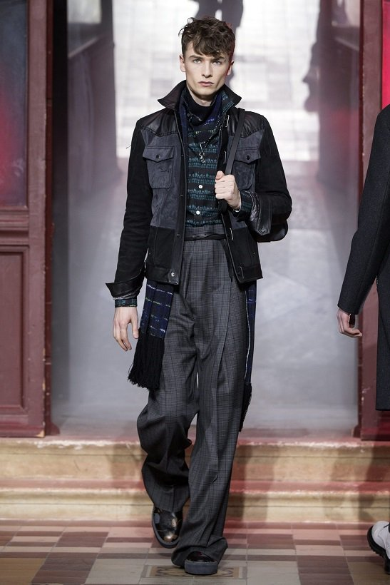 LANVIN男裝高腰寬鬆剪裁的長褲,讓男人也可「大中至正」擺放。圖/法新社