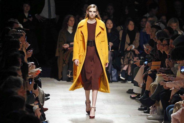 巴黎時裝周在恐怖攻擊的驚恐中登場,全球時尚媒體不畏危險,依舊擠爆秀場。圖/路透社