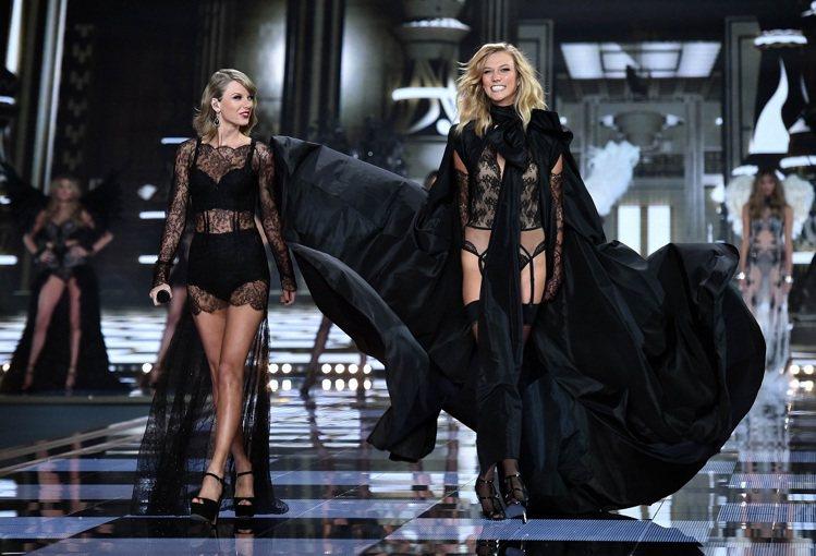 「維多利亞的秘密」秀上,巨星泰勒絲也穿性感內衣高歌。法新社