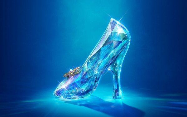 玻璃鞋有多種隱喻,為灰姑娘嫁入皇室預留伏筆。圖/迪士尼提供