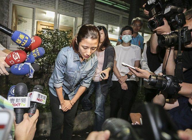 李蒨蓉因阿帕契事件公開道歉,身穿象徵普羅大眾的牛仔丹寧襯衫。圖/本報系資料照片