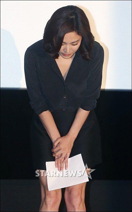 宋慧喬現身為逃漏稅風波向大眾道歉時,也穿黑色洋裝。圖/摘自naver