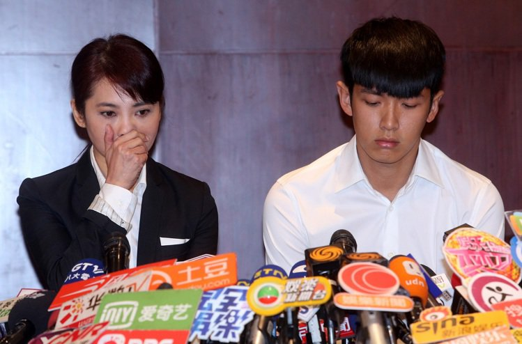 藝人柯震東(右)穿雪白襯衫和黑色西裝褲,凸顯他潔淨如張白紙的純真形象。圖/本報系...