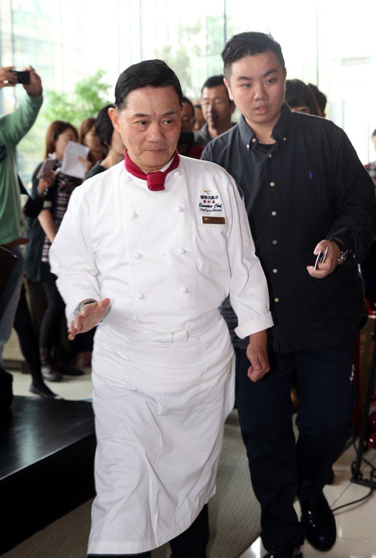 阿基師穿專業廚師袍公開解釋他的私德問題,損及他的專業形象。圖/本報系資料照片