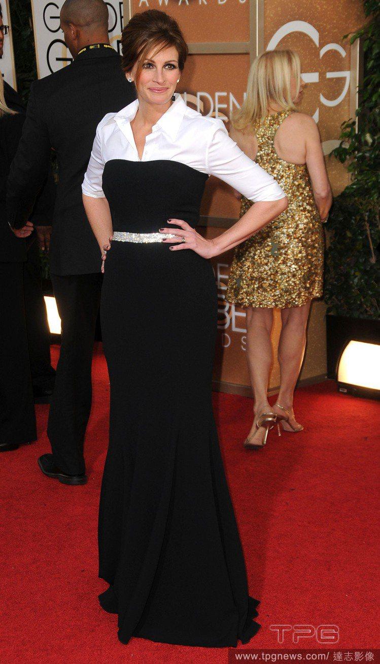 茱莉亞羅勃茲走紅毯時風華絕代,與私下拎鞋光腳走路的模樣大不相同。圖/達志影像