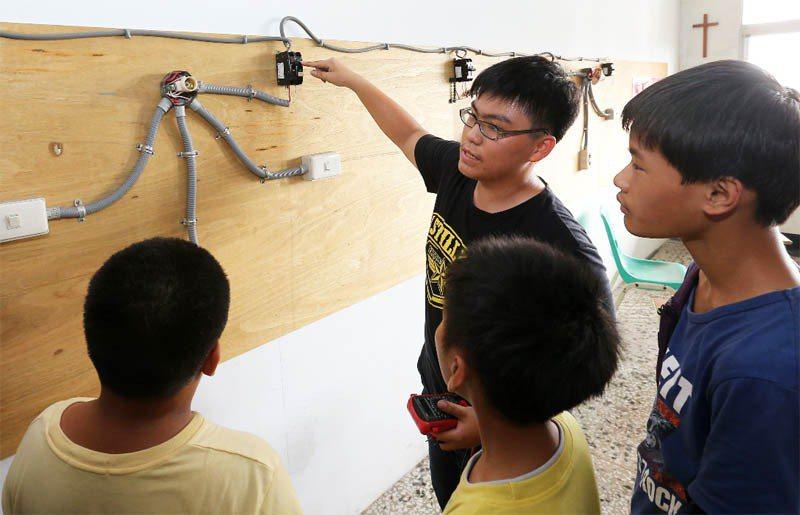 高雄飛揚協會大寮教室由專業老師教導水電等技能,並協助考取執照。 記者劉學聖/攝影